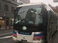 ★10:00  バスは立川駅の北口から少し歩いた場所にある銀行前から発車します。  今日の乗客は私の他にはみなかみの宿「湯の陣」に向かう若いカップル1組のみ…  なのに復路が満席の為、大型バスで動かさないといけないのです。