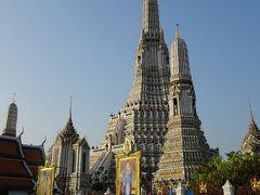 対岸には2~3分で到着。船着き場を降りると、ワット・アルンはすぐ。  日の出から1時間が経っているので、「暁の寺」にはなりませんが、大きな仏塔が印象に残るお寺です。