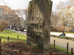 教会の前はミール広場(平和広場)。  その名の通り、戦争の慰霊碑のような石碑もありました。 銃弾が撃ち込まれたようなイメージで戦争の年号が彫られていました。