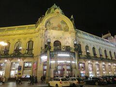 カウントダウン前の旧市街広場を訪れてみたいと思います。  王の道の入り口にある市民会館。
