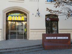 目的地はこちら、共産主義博物館です。  昔プラハに来た時に立ち寄ったスーパー「BILLA」のお隣でした。