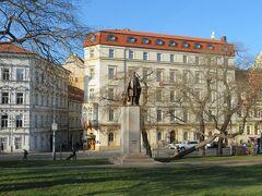 プラハ本駅を観光してみます。  写真は、駅前の公園広場。 奥の赤い屋根の建物が、宿泊したホテルです。