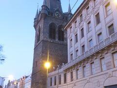 ヨーロッパ滞在の実質最終日。(最終日は空港移動するだけなので)  プラハ発ウイーン行きの電車に10時半頃乗るので、朝の貴重な時間を使って気になっていた場所に出かけてみることにしました。  冬のヨーロッパの朝は暗いので、写真ほど明るくはないですよ。