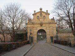 その場所とは、ヴィシェフラッド。  10世紀後半に城が作られ、11世紀にプラハ城から移ってきて12世紀半ばまではボヘミア公の宮廷が置かれていた場所。  朝早いので施設はオープンしていません。 細かい観光はまた後日の楽しみとして、散歩を楽しみます。  南側のレオポルド門からスタート。 (岩山の下からのアクセスは少し迷いました)