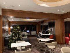 シェラトン ローマホテル&コンファレンスセンターに3泊しました。シェラトンですがカテゴリーは3で、コストパフォーマンスは良いですよ。当方マリオットボンボイチタニウムエリート会員で、クラブフロアにアップグレードを頂きました。ただし部屋はいたって普通。エグゼクティブラウンジがあり利用可能です。 当日は日本の専門学校からのツアーと思しき方たちも宿泊しており、日本語による案内がロビーに掲載されていたのが印象的でした。  1歳児用のベッド(baby crib)を、事前にアプリでリクエストをしておいたので、部屋に入ったらベビーベッドが用意されていました。