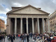 レストランからほど近くにパンテオンがありました。ローマは歩いているだけで次々と大物観光地が現れるので凄い。。