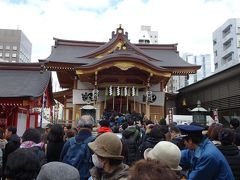 もう3社目の水天宮は弁財天。 メジャーな神社だけあって凄い行列ですが、並びます。