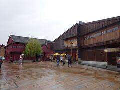 お店を出たところ、かなり強い雨が降っていました。 ひがし茶屋街に向かいます。