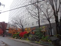 12月の金沢は寒く、途中で心打たれて、早めにホテルに入りました。 今回の宿は金沢マンテンホテル駅前。 入口の紅葉がきれい。