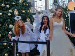 荷物取りに戻ってきたら西駅でなにかやってた。 どうもサンタさんと写真ではなく天使たちと写真を撮ってプレゼントを子供がもらえるという企画だったみたい。 ウィーンの商工会議所かなんかが主催になってた。