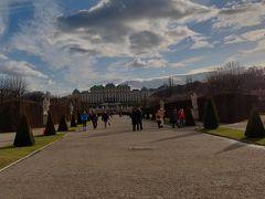 そして午後のクリスマスマーケットの最初はベルヴェデーレ宮殿! 最近いつも上宮から入ることが多かったので今回は下宮側から。  ベルヴェデーレ宮殿は上宮でも下宮でも路面電車で行くことになります。 (上宮は電車でもいけるが・・・)