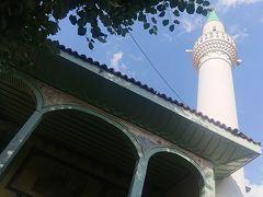 ▼ジュマルクズク・ジャーミィ(Cumalikizik Mosque) 現地名:Cumalıkızık Camii ジュマルクズク唯一のモスク。 イスラム建築。 セルジューク様式。 オスマン帝国時代建設。 ミナレット(尖塔)(Minaret)(トルコ語:ミナーレMinare)は1本。   ジュマルクズクの入口から坂を上った所にある現存する村唯一のモスクです。 オスマン帝国時代にはモスクとメドレセとして使用されていました。 建設の記録がないため詳細は不明だそうですが、300年の歴史を持つモスクと考えられています。