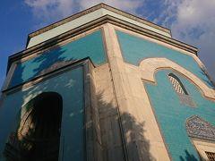 """イェシル・ジャーミィ見学後はちょっとした自由時間。 真横にイェシル・テュルベという霊廟があってどうしても見たかったので時間を取ってもらえてほんとに嬉しかったです。 夜個人で来ようと思ってたくらいここが見たかったんです(>_<)   ▼イェシル・テュルベ(Green tomb) 現地名:Yeşil Türbe ユネスコ世界遺産『オスマン帝国発祥の地ブルサとジュマルクズク(Bursa and Cumalıkızık : the Birth of the Ottoman Empire)』(文化遺産)。 オスマン帝国第5代スルタン・メフメト1世とその家族の霊廟。 イスラム建築。 セルジューク様式。 メフメト1世建設。 ハジュ・イワス設計。 1424年。   トルコ語で""""緑の霊廟""""。 八角形の角柱にドームが被さった形をしています。 外観は目を引くターコイズブルー。 トルコ石の色ですね。 初期オスマン建築の霊廟の中で最高傑作と名高い霊廟です。 こちらもメフメト1世のキュッリエの一部。"""