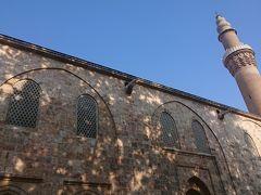 ▼ウル・ジャーミィ/大モスク(Ulu Mosque/Grand Mosque) 現地名:Ulu Camii ユネスコ世界遺産『オスマン帝国発祥の地ブルサとジュマルクズク(Bursa and Cumalıkızık : the Birth of the Ottoman Empire)』(文化遺産)。 イスラム建築。 アナドル・セルジューク様式(ルーム・セルジューク様式)。 第4代スルタン・バヤジット1世建設。 1396-1400年。 ミナレットは2本。   オスマン建築の最盛期には巨大な帝室モスクが沢山建設されていますが、1つ目となったのがこのウル・ジャーミィです。 バヤジット1世がニコポリスの戦いでの勝利を記念して建設しました。 20個のモスクを建てるという約束だったのを20個のドームを持つモスクを建てたという逸話があるそうです。  バヤジット1世と言えば、兄弟殺しで有名なオスマン帝国で最初に弟を粛清しているスルタンですねー。 オスマン帝国は初期からやばいやばい。