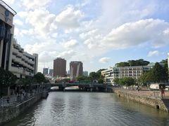 シンガポール川を渡りながら、クラークキー方面を見るとバス行列。右手の窓がカラフルな建物は確か警察署。かわいい。