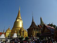 まずは、王室寺院のワット・プラケオから観光開始。 入ってすぐに、豪華な3つの仏塔が目に入ります。