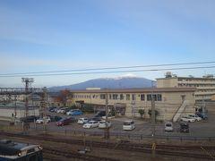 酒田駅ホーム上から鳥海山をのぞむ