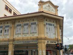 こんな装飾がきれいな建物、中身は庶民派スーパーのジャイアント。ギャップたまらん。