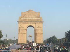 インド門に来ました。 お正月ですごい人でだそうです。  霧や大気汚染で曇っていることが多いそうですが、この時はまあまあの晴れ具合でした。