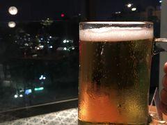 本日の夕食は、ホアンキエム湖の北端に位置するビルの5階にある「カウゴー」で。  HPから簡単に予約することが出来ました♪  眺めの良い席に案内していただき、ハノイビールで乾杯!