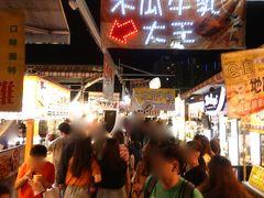 そして、台湾滞在、最後の夜に向かった先は瑞豐夜市。熱気ムンムン、パワフルさを感じました!子どもたちはゲームに夢中。飲食屋台にゲーム屋台、家族で楽しめる夜市です。