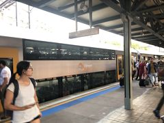 仙台出発から約24時間経過し、やっとシドニー到着しましたー(^^)  シドニー空港から市内までは便利なエアポートリンクで20分。 (大人16ドル≒1210円、子供11ドル≒830円)  息子「ママみて!!二階建ての電車だ~(^^)」 げっ・・・二階あがる!?(°▽°)母ちゃん頑張って重ーいスーツケース引っ張って2階席へ(°▽°)