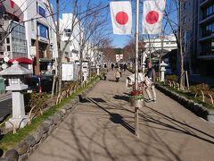 鎌倉駅から二の鳥居前を通過して、鶴岡八幡宮へ向けて歩いて行きます。