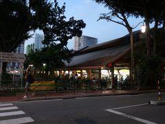 Tanjong Pagar駅で降りてr、お目当の海南鶏飯を食べに行きました。マックスウェルフードセンターです