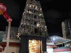 突如現れるヒンズー教のスリ・マリアマン寺院。 大音量で楽器を演奏しながらお祈りを捧げていたのでちょっと中を見させていただきました。 靴をぬいてはいります。