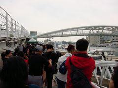 鼓山輪渡站  船に乗船する人の行列です。 次から次へと船が来て 思ったほど待ち時間はなかったです。