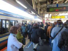 1月6日10時40分過ぎ。 JR横須賀線鎌倉駅。たくさんの人。階段を下りて改札を出るまで時間がかかりました。