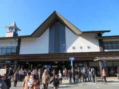 鎌倉駅前には多くの人。