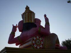 12月30日  ベルトラで予約した3大寺院とピンクガネーシャと ワットパクナムに行くツアーに参加します。  2人で約10000バーツ!  で、朝6時20分にホテルでピックアップされ 他の参加者も各ホテルでピックアップ後 ワゴン車で揺られること1時間ちょっとで 最初の目的地ワット・サマーン・ラッタナーラームに到着~。  駐車場から歩くと、まずは後ろ姿のピンクガネーシャ!