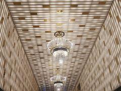 初のアパホテル宿泊。9月にできたばかりの35階建、部屋数2000以上の巨大ホテル。 エントランスに入った途端、金ピカッ。アパ社長さんの趣味なのでしょうか。至るところが金ぴかです。とりあえず荷物を預けます。