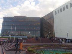 徒歩で神奈川県民ホールへ向かいます。