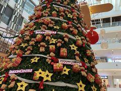 またまた歩いて、高島屋へ。 大きなクリスマスツリー。