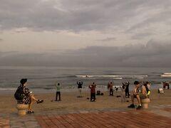日本で予約しておいたスパまでお散歩。 ホテルからすぐのビーチ沿いを行きます。 ヨガのようなことをしていたり、バレーボールをしていたり、いろんな人がいます。