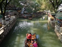 このへんが、多分、人気スポットだと思います。 水路がT字路みたいになっているところに3つの橋がかかっています。 3橋と言われ、結婚、長寿などのお祝い事の際には、3つの橋を渡る「走3橋」という習慣があるそうです。 (「走」といっても、走るという意味ではなく、中国語で歩くという意味です。)