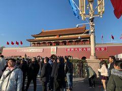 毛沢東の肖像画がの前では、撮影している人などなどごった返してます。 公安や部警も沢山警備してて、 外人よりも中国人観光客が多いですね。さすが13億人中国大陸です! 毛沢東の肖像画よこでは立ち止まることが禁止されていて 横目に人波に押される形で天安門へ入場していきます。  天安門とは紫禁城(しきんじょう)の正門のことらしいです。