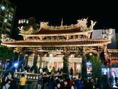 チェックインしたら、ライトアップが綺麗な龍山寺境内を抜けて、ぶらぶら夕食に出かけます。