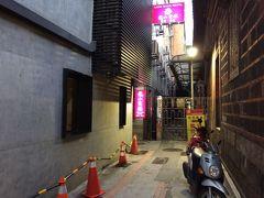 今年の宿は、龍山寺まで2m(!)のロンシャンホテルを予約しました。 右側の煉瓦はもう龍山寺の壁です。 入り口は怪しい雰囲気モリモリですが、まともなホテルですよ^^;