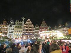 フランクフルトのクリスマスマーケットに到着しました(^o^)丿  ライトアップもすごくて、都会のクリスマスマーケットって感じ!!
