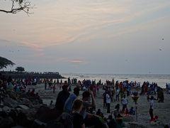 夕暮れの海岸を散歩。めちゃくちゃ人がいます!みんな日中はどこにいたの!?海岸沿いの広場もすごい人出でした。