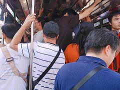 チットロム~BTSでタラートプルーへ。 2番出口から降りると、ソンテウ乗り場は日本人だらけ。やっときたソンテウも人がいっぱい。