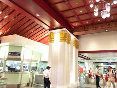 Sanam Chai駅 出来立てできれいな、寺院のような駅でした。