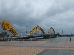 博物館見学後は龍橋を渡って対岸へ。