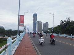 ショッピングセンターを後にして、ソンハン橋を渡って旧市街地に戻ります。  ベトナムはバイクだらけ。  気温28度くらいあるんだけど、ベトナム人的には寒いらしく、特にバイクに乗っている人はダウンを着ている人多し。