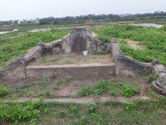 こっちは地図に出ている谷弥次郎兵衛の墓。  本当に田んぼの真ん中にあって、この墓に行くためだけの田んぼ道もあります。