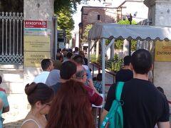 そしてお次はアヤソフィアへ。  イスタンブールは見所が同じエリアに集まっているので トランジットでの観光にはとても助かります。  なかなかの行列。 チケット売り場まで、ちょっと距離があります。