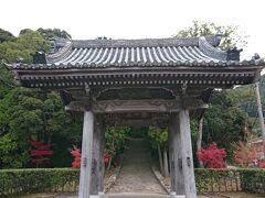 興国寺の入口です。 奥に坂を上がる参道が魅力的でした。